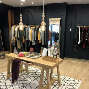 Photo de la boutique outremesure de Saumur centre, magasin chaussure femme Saumur centre ville,magasin vêtement Saumur, boutique mode Saumur, magasin mode femme Saumur chaussures sacs bijoux accessoires et vêtements