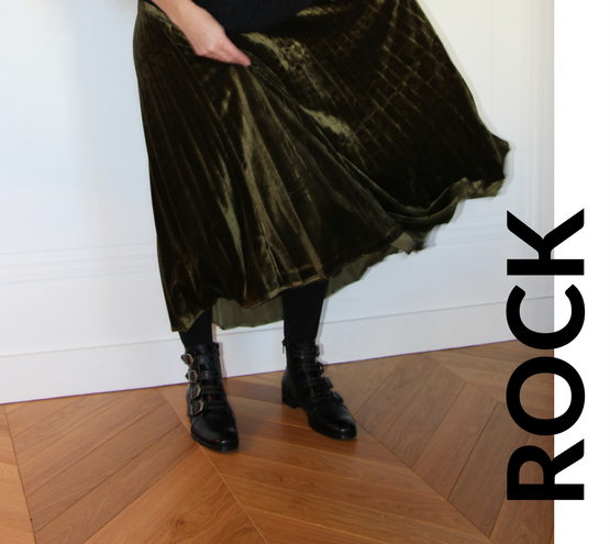 ROCK Photo mode look rock en velours avec pull en laine noir et col pailleté argenté, jupe en velours vert tendance, collants et boots cuir noir à boucles or par outremesure idee tenue idee look mode du jour ootd outfit of the day