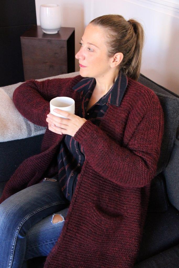Photo mode look casual chic en ugg avec gilet en laine bordeaux chemise jean et boots fourrées UGG par outremesure idee tenue idee look mode du jour ootd outfit of the day