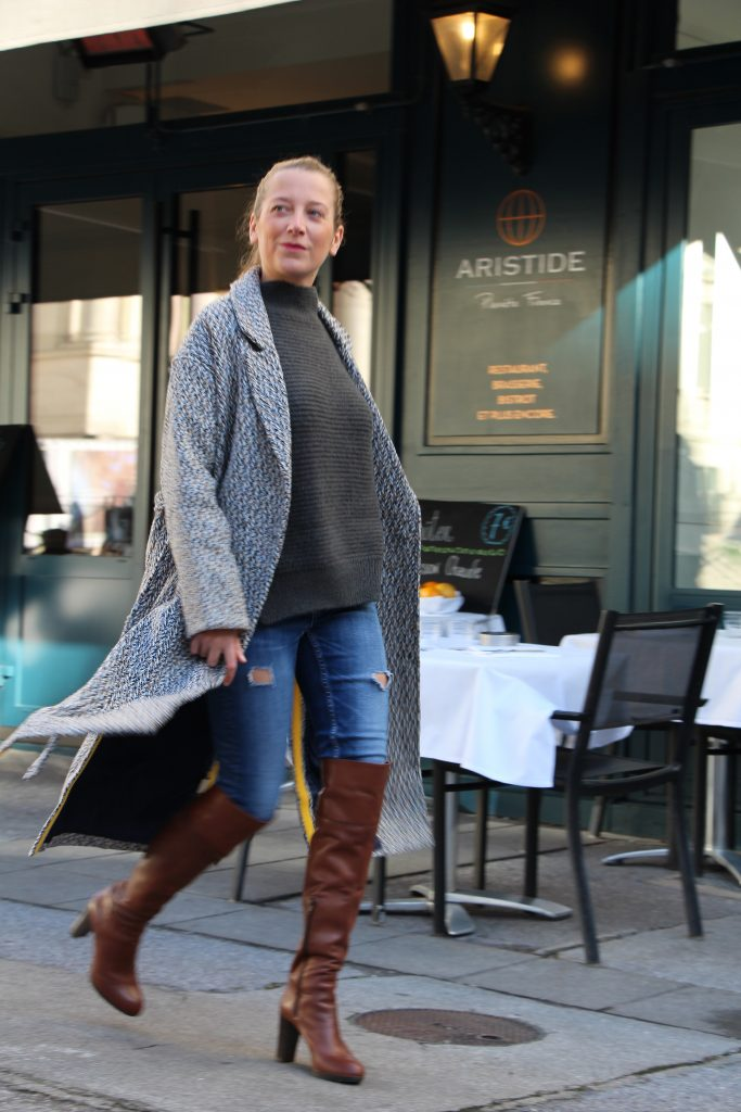 Photo mode look working girl avec manteau long gris pull en maille kaki jean et bottes cuissardes à talons camel par outremesure idee tenue idee look mode du jour ootd outfit of the day