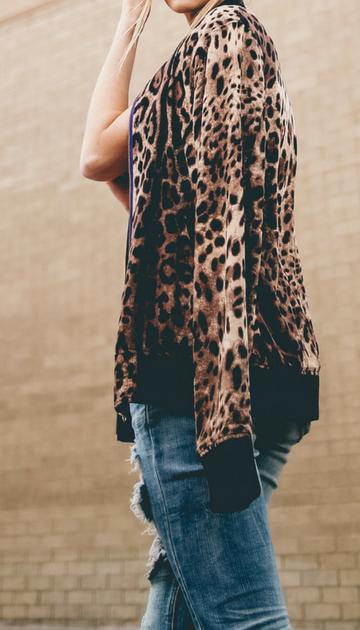Photo pour article tendance fashionféline en léopard tendance vêtements sacs et accessoires léopard sensuel femme jean troué et veste style bombers léopard ootd idée et conseil look tendance de mode femmepar outremesure